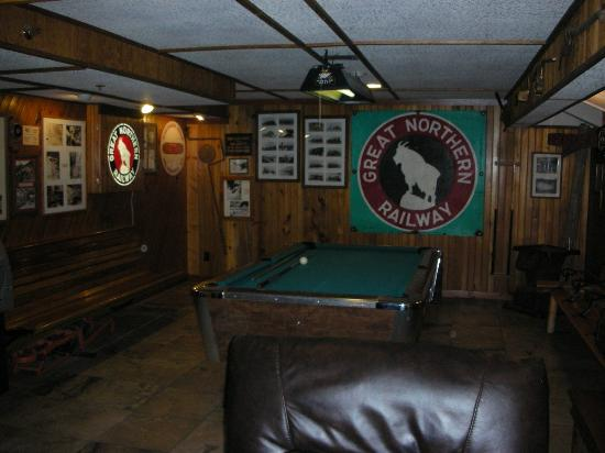 Izaak Walton Inn: Pool table in the downstairs lounge