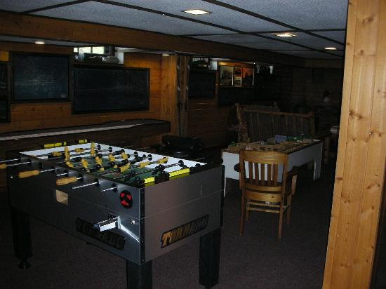 Izaak Walton Inn: Game room in the downstairs lodge