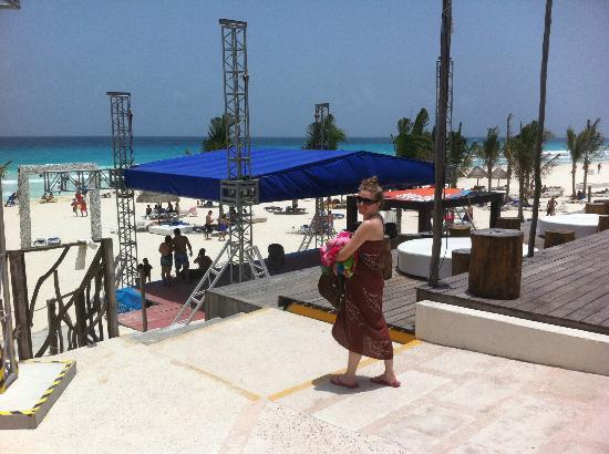 Grand Oasis Cancun - All Inclusive: Stage Facing the Beach