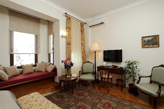 Dila Suites: Double Room Bay Window