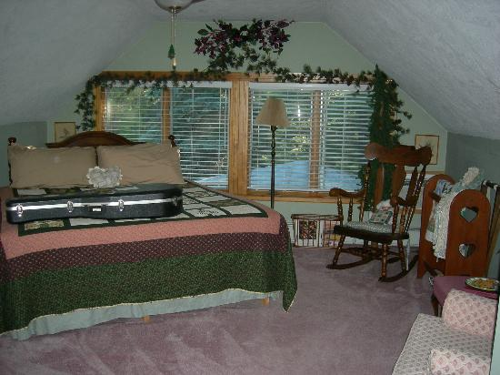 Gorton House Bed and Breakfast: The Pines - beautiful, spacious and has a beautiful gas fireplace. Very romantic!
