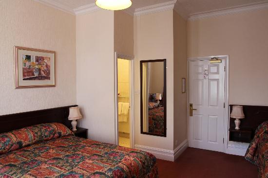 Arundel House Hotel: Not a very big bathroom