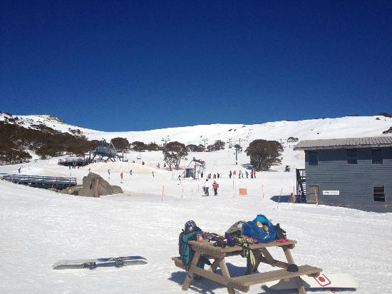 Kosciuszko Chalet Hotel: view looking out from the front of hotel