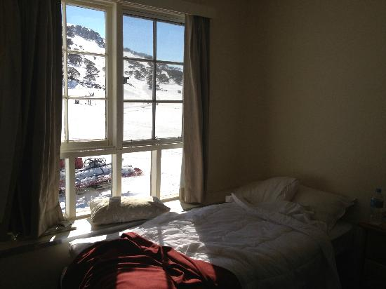 Kosciuszko Chalet Hotel: view from the window abover bed