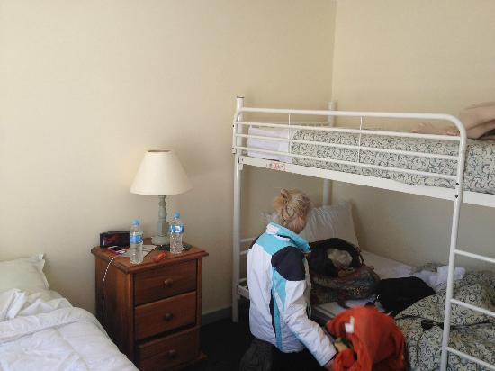 Kosciuszko Chalet Hotel: room has a double bunk for the kids