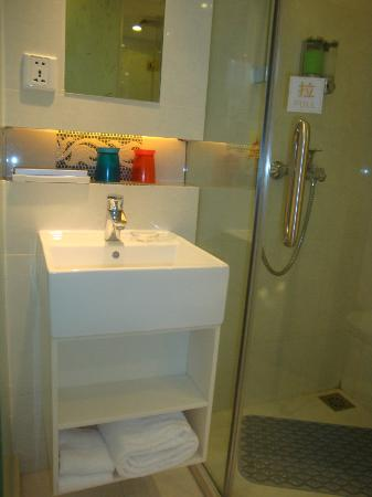 Ole Tai Sam Un Hotel: OLE Tai Sam Un: Compact Shower Stall & Small Basin