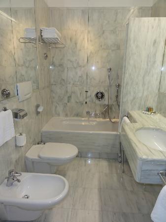 Parkhotel Laurin: Banheiro do quarto - limpo