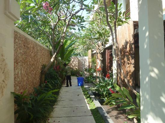 Kamuela Villas and Suite Sanur: Walkway to our room