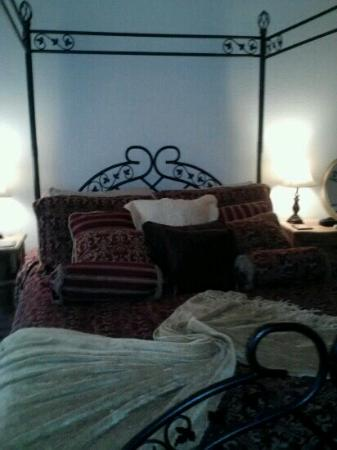 Aspen Creek Cellars at Clifton House Inn: comfy bed