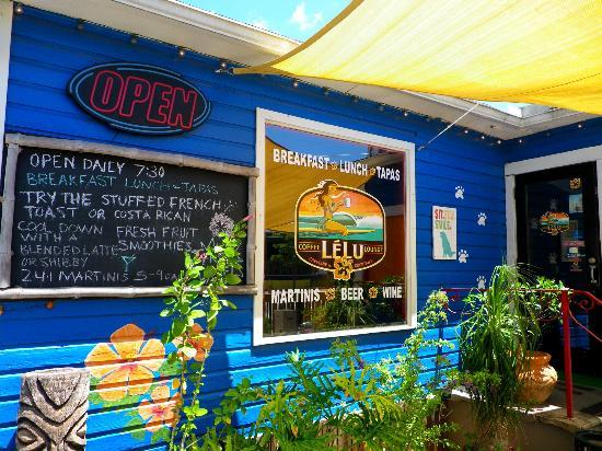 LeLu Coffee Lounge: Front patio area
