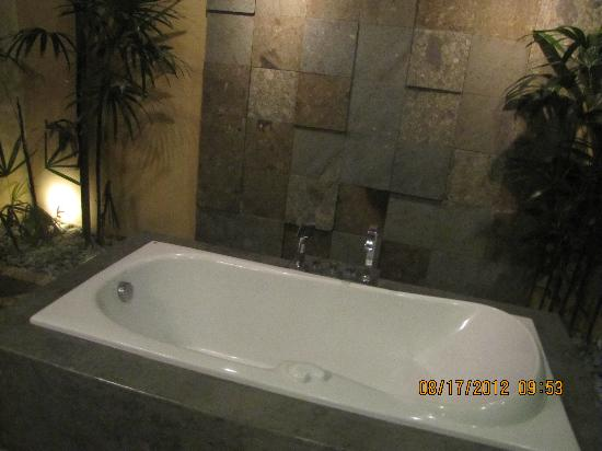 RC Villas & Spa: Outside bath tub
