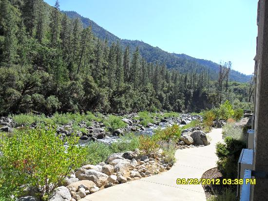 Yosemite View Lodge: Walkway and river from outside our room