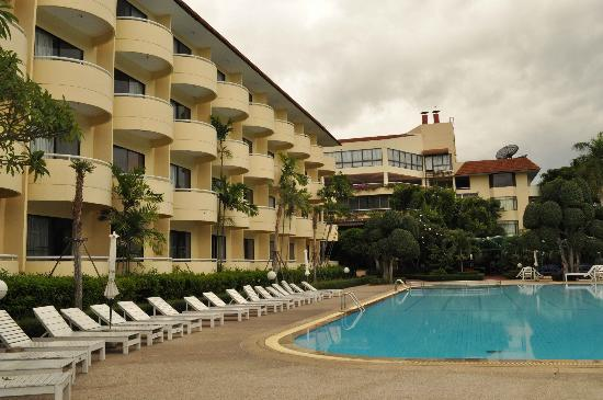 Beach Garden Hotel: The hotel and swimming pool