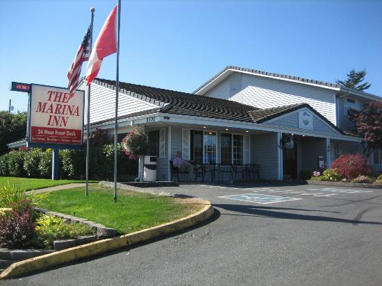 The Marina Inn : Hotel entrance from the sidewalk