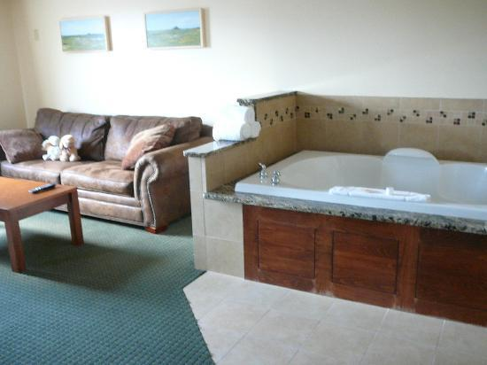 Quality Inn & Suites Jamestown: The Jacuzzi!!