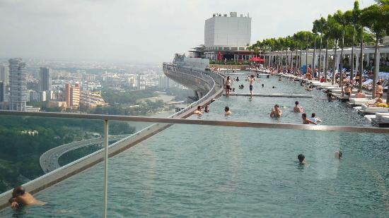 Vue de la piscine 57e tage picture of marina bay sands - Least crowded swimming pool singapore ...
