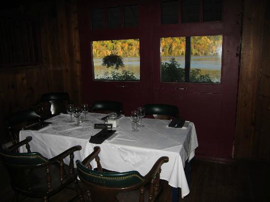 Cafe Pot-Au-Feu : L'intérieur et la vue sur la rivière Gatineau