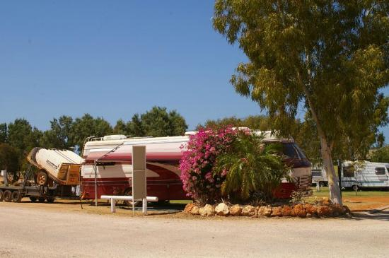 Ningaloo Caravan & Holiday Resort: Our rather large rig.(also carries Discovery 3 wd on trailer)