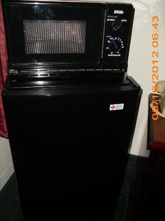 Super 8 Anaheim/Near Disneyland: Microwave Oven and Refrigerator