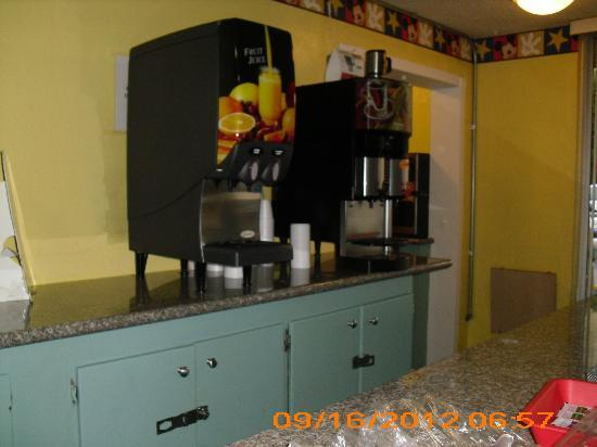 Super 8 Anaheim Near Disneyland: Orange and Apple juice machine