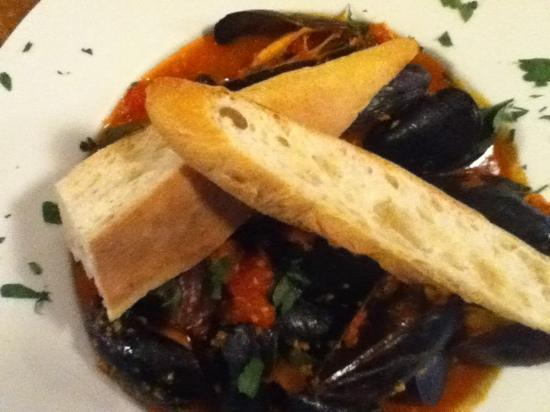 Capt. Groovy's Grill and Raw Bar : mussels picante !