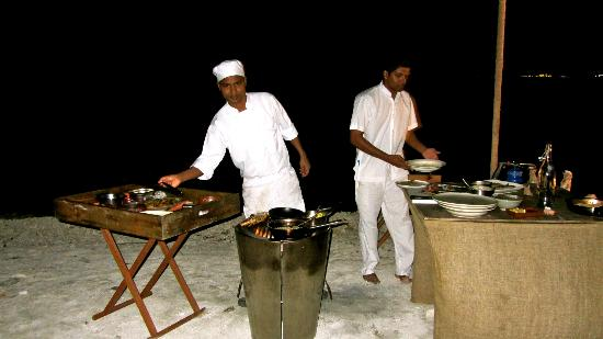 Gili Lankanfushi Maldiverna: Private dinner on island; chef at work