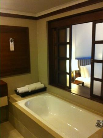 Movenpick Suriwongse Hotel Chiang Mai: Bathroom