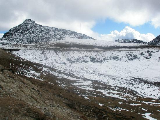 Dirang, Inde : Snow Queen Sella Peak At The Shore Of Sella Lake