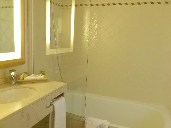 Le Relais Saint-Honore: Large and clean bathroom