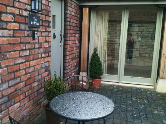 New Leaf Farm Holiday Cottages: Seed Shed courtyard