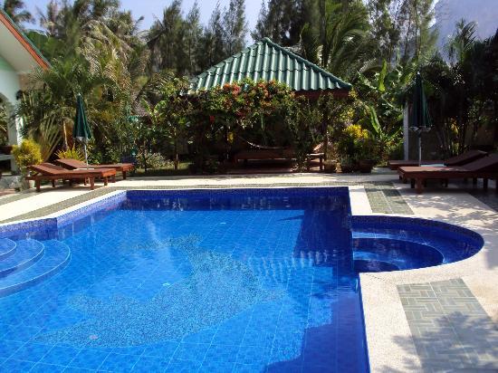Paradise Home Resort: Pool und im Hintergrund der Unterstand zum Relaxen