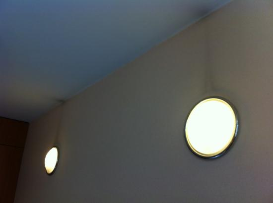 Cornavin Hotel Geneva: Dirt over light fixtures