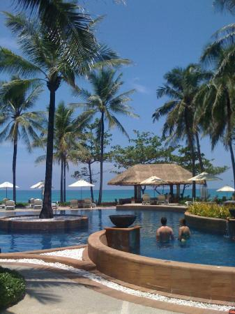 Katathani Phuket Beach Resort: Pool and Bar area, Fantastic!