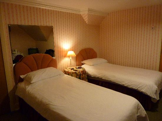 ‪‪Dinwoodie Lodge Hotel‬: Spacious twin-bedded room‬