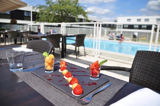 Novotel Nantes Carquefou : Terrasse extérieur autour de la piscine
