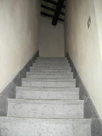 Hotel Teatro Pace: Stone staircase leading to attic room