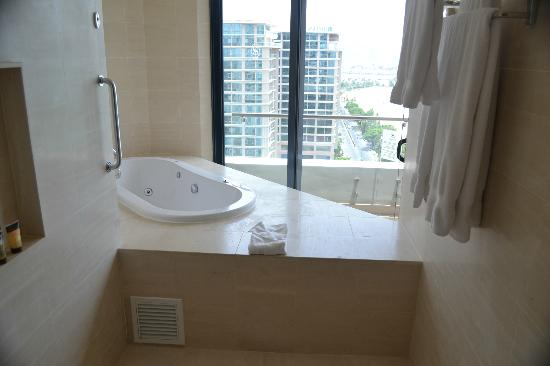 Sheraton Nha Trang Hotel and Spa: The main bathroom and a relaxing spa