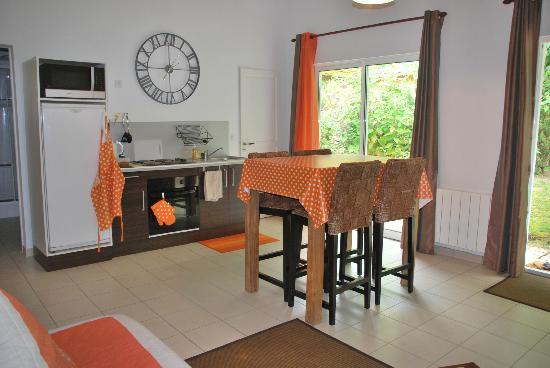 Camping Les Courtilles Du Lido: Le Cottage : cuisine& salon
