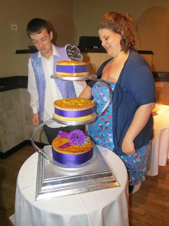 Hillcarter Hotel : sons wedding venue hillcarter cutting pork pie weddingcake