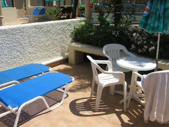 Limanaki Beach Hotel: Our little garden, with steps up to the pool :)