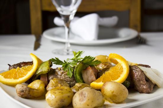 O Nordeste Transmontano: Espetada de vitela com batata à murro | Grilled veal skewer with potatoes