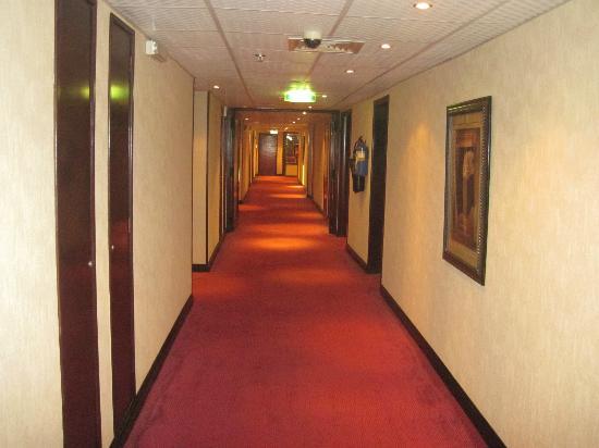 Imperial Suites Hotel: Corridor