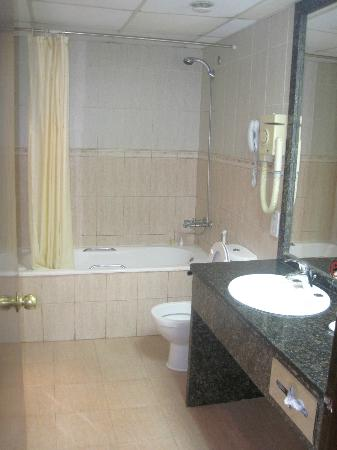 Imperial Suites Hotel: Bathroom