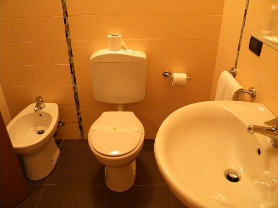 Locanda Valmolin: camera arancio bagno