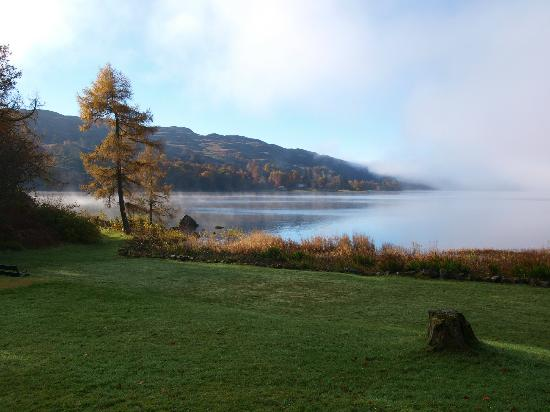Taychreggan Hotel: Hotel grounds and Loch Awe on a misty morning