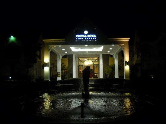 Protea Hotel King George: The Hotel entrance at night