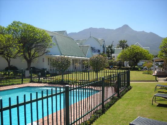 Protea Hotel by Marriott King George: The swimming pool with the beautiful Outeniqua mountains in the background