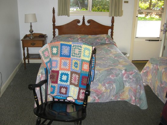 Faircrest Motel: Bed with rocking chair & afgan