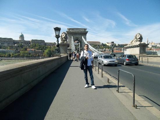 turista per caso sul bel ponte szechenyi - széchenyi lánchíd