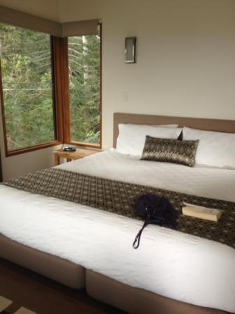 Montville Oceanview Cottages: king size bed